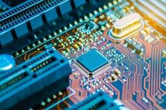 Chipset do processador central no fim do PWB da placa de circuito impresso acima foto de stock royalty free