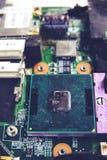 Chipset eletrônico do processador do close-up no cartão-matriz com poeira foto de stock royalty free