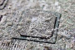 Chipset op motherboard met stof Stock Afbeeldingen