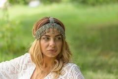 Chique de Boho Headpiece vestindo do vintage da mulher bonita foto de stock
