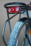 Chiquenaude de la lumière de sécurité sur la bicyclette photo stock