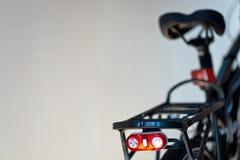 Chiquenaude de la lumière de sécurité sur la bicyclette photographie stock