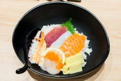 Chirashi-Sushischüssel mit Lachsthunfischgarnele diente mit Wasabi lizenzfreie stockfotografie