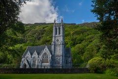 Chirch på den Kylemore abbotskloster, Connemara Arkivfoto
