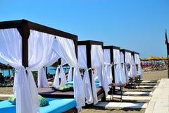 chiringuito海滩餐馆吉米海滩在托雷莫利诺斯角,太阳海岸,西班牙 库存图片