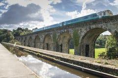 Chirk el viaducto del acueducto con el tren fotos de archivo