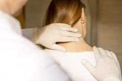 Chiropractor που κάνει το λαιμό γυναικών ρύθμισης στοκ εικόνες