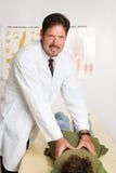 Chiropractor considerável Fotos de Stock Royalty Free
