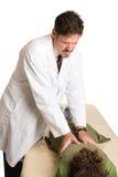 Chiropractor que hace la manipulación espinal foto de archivo