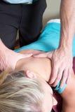 Chiropraktor, der Druck auf geduldigen Schultern ausübt Lizenzfreies Stockfoto
