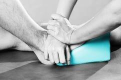 Chiropraktor /physiotherapist, das eine Fußmassage im silhouett tut stockfoto
