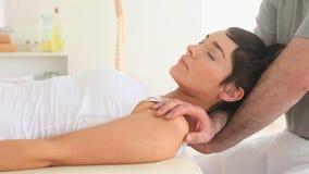 Chiropratico che allunga il collo di una donna video d archivio