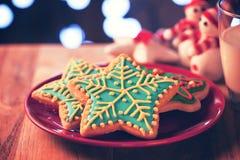 Chirstmas雪christmast夜快餐的剥落曲奇饼 库存图片