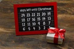 Chirstmas-Count-down nummeriert auf Kreidebrett mit Geschenkbox Lizenzfreie Stockbilder