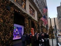 Chirstmas garnering som shoppar New York royaltyfri fotografi