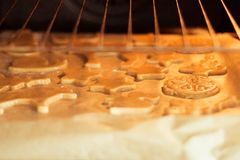 Chirtmas busicuits στο φούρνο στοκ εικόνα