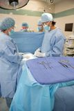 Chirurdzy Działa w Chirurgicznie teatrze zdjęcia royalty free