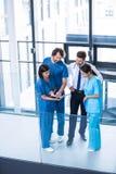 Chirurdzy, lekarka i pielęgniarka ma dyskusję, zdjęcie stock