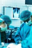 Chirurdzy w funkcjonującym pokoju Obrazy Royalty Free