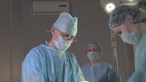 Chirurgów przedstawienia, uczą dwa pielęgniarki w sala operacyjnej Zdjęcie Stock