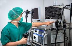 Chirurgów spojrzenia przy monitorem zdjęcia stock