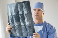 Chirurg Analizuje promieniowanie rentgenowskie raport fotografia stock