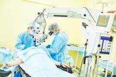 Chirurg behandelt Raum in Kraft lizenzfreie stockfotos