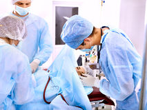 Chirurg bei der Arbeit im Operationsraum. Lizenzfreies Stockbild