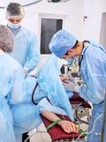 Chirurg bei der Arbeit im Operationsraum Lizenzfreie Stockfotos