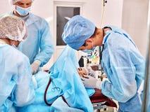 Chirurg bei der Arbeit im Operationsraum Stockfotos