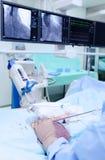 Chirurg bei der Arbeit im Röntgenstrahl-Operationssaal Stockfoto