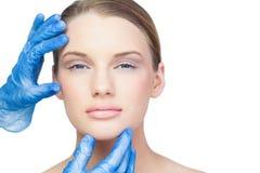 Chirurg, der ruhiges hübsches Modell überprüft stockbild