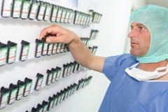 Chirurg die apparaat nemen tijdens verrichting stock afbeeldingen