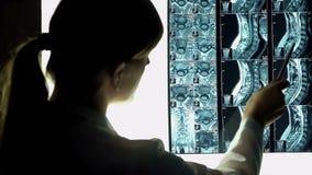 Chirurg die geduldige halsröntgenstraal bekijken, die beeld, de behandeling van de stekelverwonding richten royalty-vrije stock afbeelding