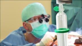 Chirurg die met stollingsmiddel werken stock footage