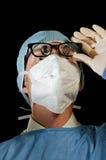 Chirurg die neer kijkt Royalty-vrije Stock Foto's