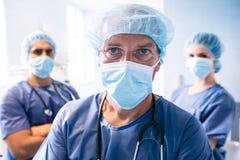 Chirurg en verpleegsters die zich in het ziekenhuis bevinden royalty-vrije stock foto