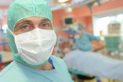 Chirurg gelukkige het vieren overwinning royalty-vrije stock afbeeldingen