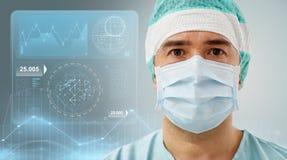 Chirurg im Operationsraum am Krankenhaus Lizenzfreie Stockfotos