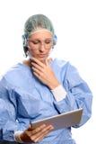 Chirurg lub lekarka konsultuje pastylka komputer Zdjęcia Royalty Free