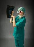 Chirurg met 3d glazen en straal op hand Stock Fotografie