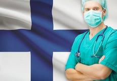 Chirurg met nationale vlag op achtergrondreeks - Finland Stock Foto
