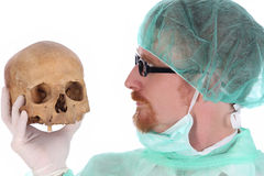 Chirurg mit dem Schädel Stockfoto
