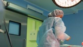 Chirurg op het werk een team van professionele chirurgen voert chirurgie op de patiënt uit Echte werkende ruimte MEDISCH concept stock footage