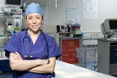 Chirurg In Operating Theatre lizenzfreie stockbilder