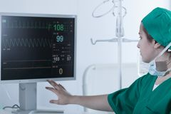 Chirurg patrzeje medycznego monitoru Zdjęcia Stock