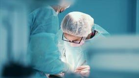Chirurg przy pracą drużyna fachowi chirurdzy wykonuje operację na pacjencie Istna sala operacyjna MEDYCZNY pojęcie zdjęcie wideo
