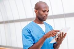 Chirurg z cyfrową pastylką Obrazy Royalty Free