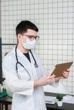 Chirurgdoktor mit Tablet-Computer im Krankenhausbüro Medizinischer Gesundheitswesenpersonal- und -doktorservice lizenzfreie stockbilder