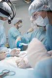 Chirurgen bei der Arbeit stockfotografie